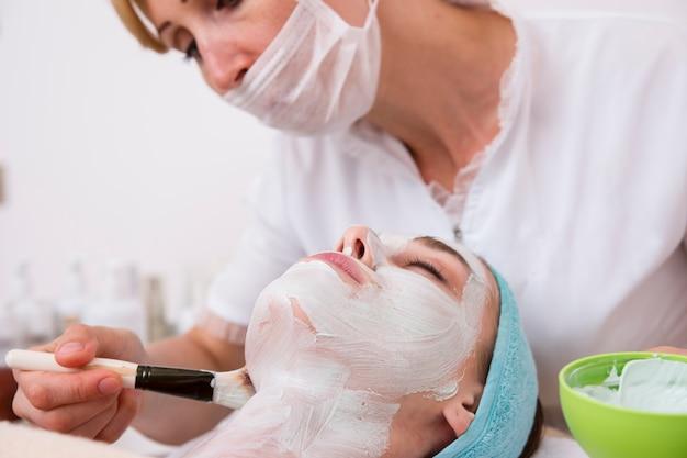 Mujer relajada cuidando su piel Foto gratis