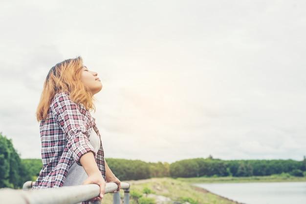 Mujer relajada respirando profundamente Foto gratis