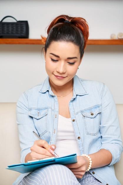 Mujer rellenando el formulario Foto gratis