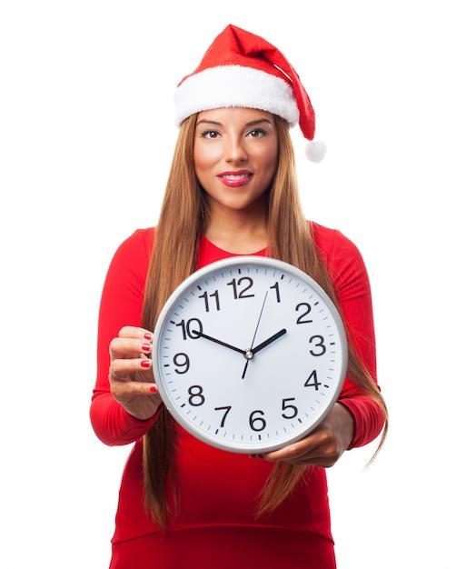 Mujer con un reloj grande Foto gratis