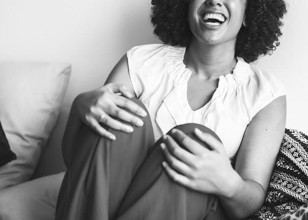 Mujer riendo a carcajadas con felicidad Foto gratis