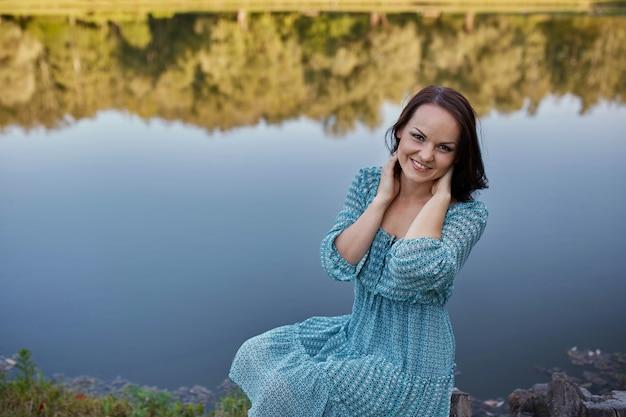 Mujer romántica feliz Foto gratis