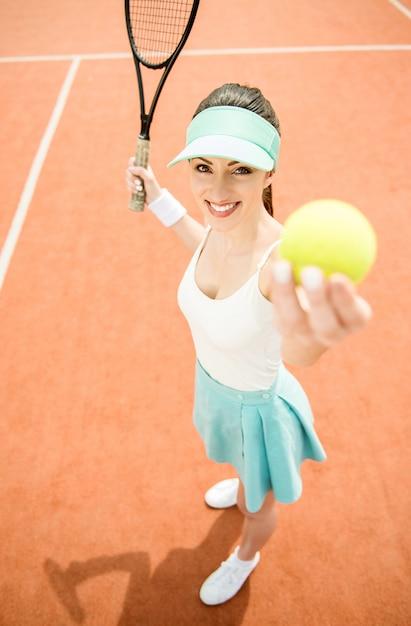 información para colores armoniosos minorista online Mujer en ropa deportiva sirve pelota de tenis. | Descargar ...
