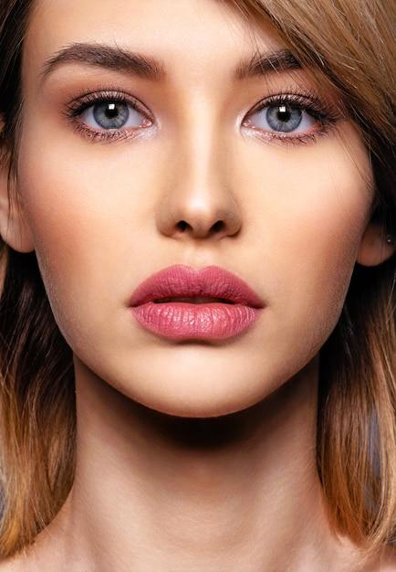 Mujer con rostro de belleza y piel limpia. mujer rubia sexy. atractiva modelo rubia de ojos azules. modelo de moda con un maquillaje ahumado. closeup retrato de una mujer bonita. peinado corto creativo. Foto gratis