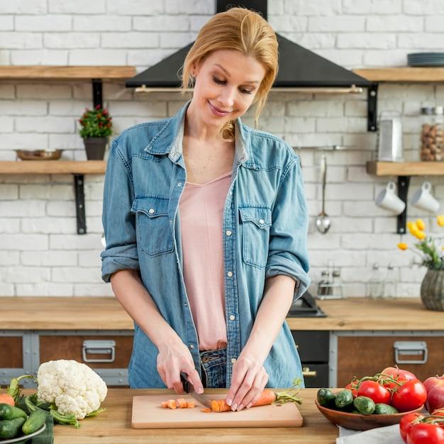 Mujer rubia en la cocina Foto gratis