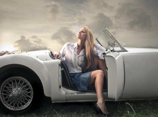 Mujer rubia en un descapotable Foto Premium