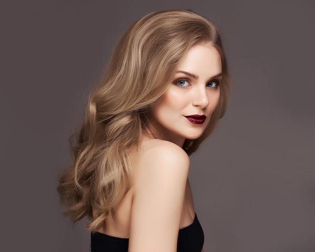 Hair Style Software: Mujer Rubia Con El Pelo Hermoso Rizado Que Sonríe En Fondo