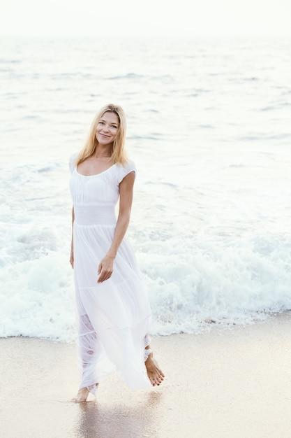 Largo Feliz Mujer Rubia Turística En Atractiva Madura Vestido Blanco byYv7gf6