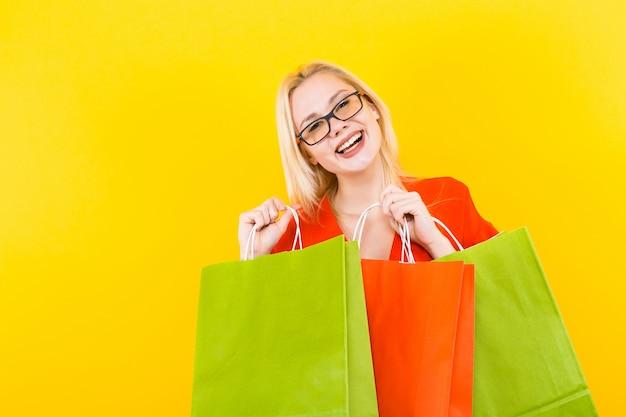 Mujer rubia vestida con bolsos Foto Premium