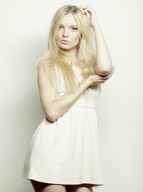 Mujer Rubia Con Vestido Blanco Posando En Studio Foto Premium