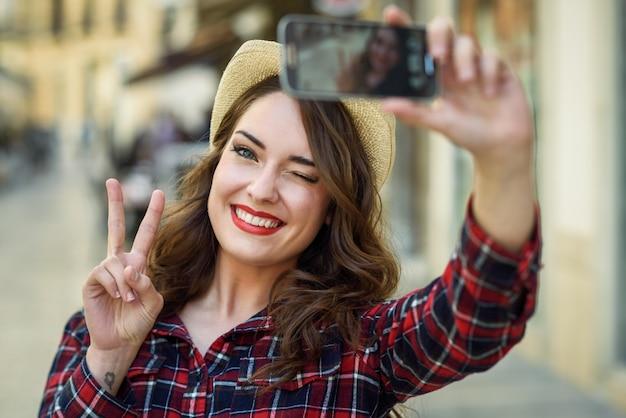 Mujer sacando una autofoto Foto Gratis