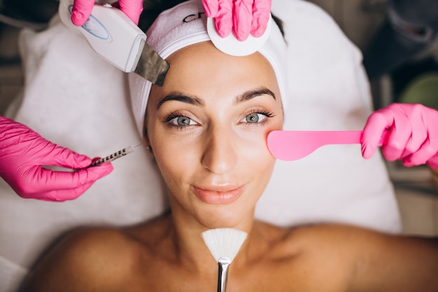 Mujer un salón de belleza haciendo procedimientos cosméticos Foto gratis