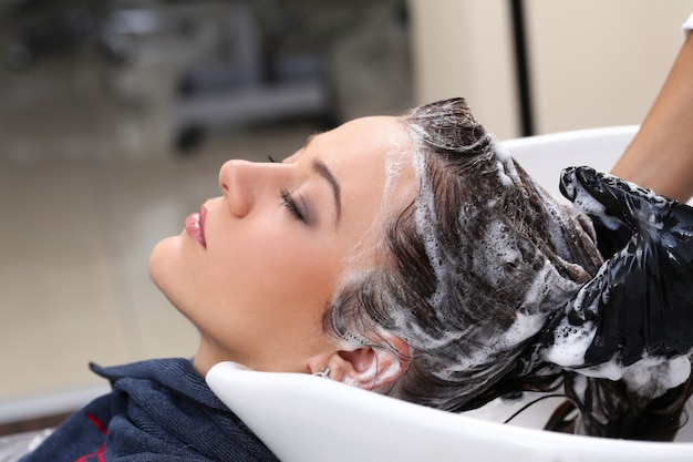 Mujer en el salón de peluquería Foto gratis