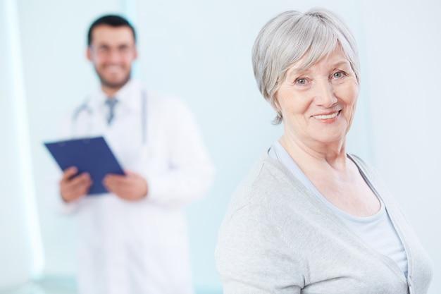 Mujer saludable en la consulta del médico Foto gratis