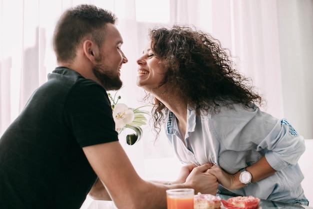 Mujer se acerca a su hombre para un beso sentado a la mesa - Un hombre casado vuelve a buscar a su amante ...