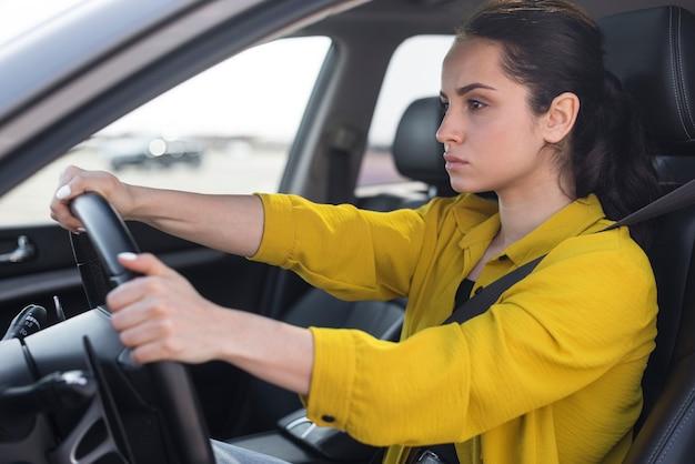 Mujer segura de lado conduciendo Foto gratis