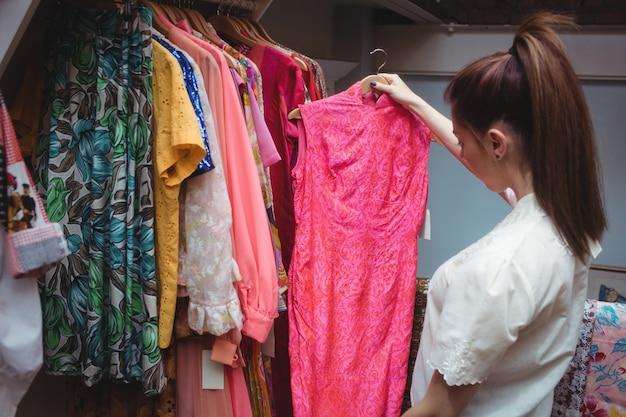 Mujer seleccionando una ropa Foto gratis
