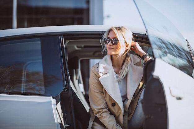 Mujer, sentado, en, electo, coche Foto gratis