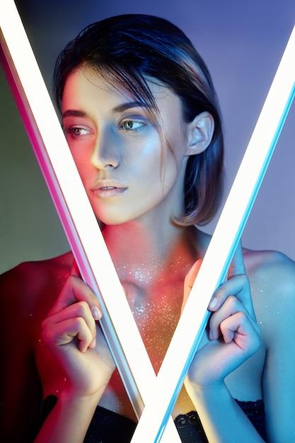 Mujer sexy en luz de neón en lencería. luces de neón y resplandor de luz Foto Premium