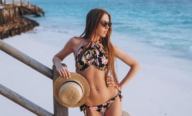Mujer sexy en traje de baño junto al mar Foto gratis