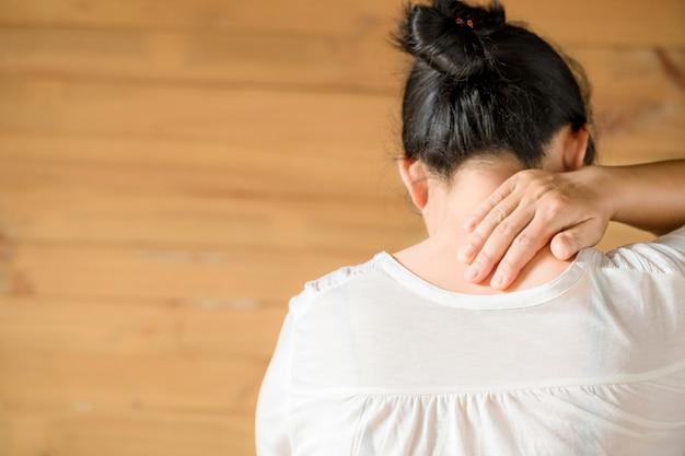 Mujer sintiéndose agotada y sufriendo de dolor de cuello. Foto gratis