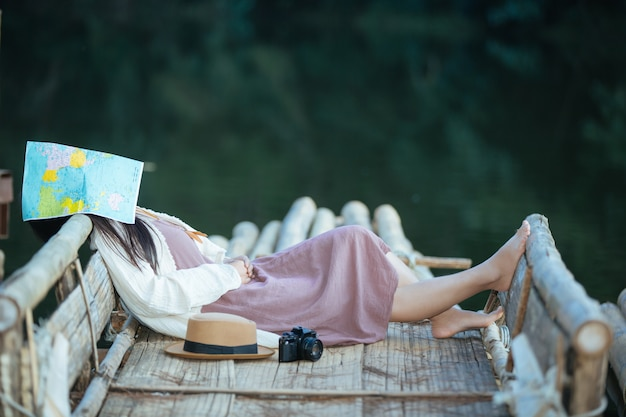 Mujer solitaria sentada en la balsa frente al mar Foto gratis