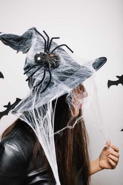 Mujer en sombrero adornado de halloween  e5fbdf05c0e