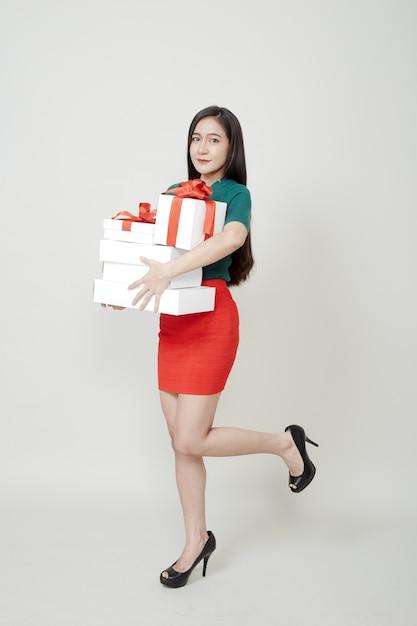 Mujer con sombrero de santa con muchos regalos Foto Premium
