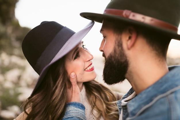Mujer sonriente mirando a su novio Foto gratis
