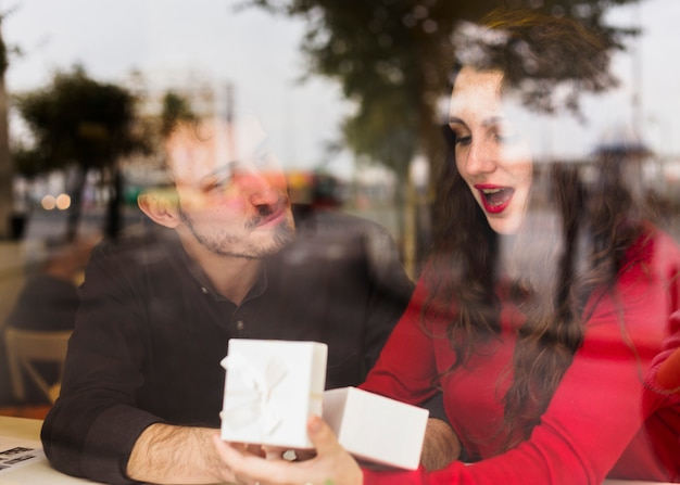 Mujer sorprendida abriendo caja de regalo Foto gratis
