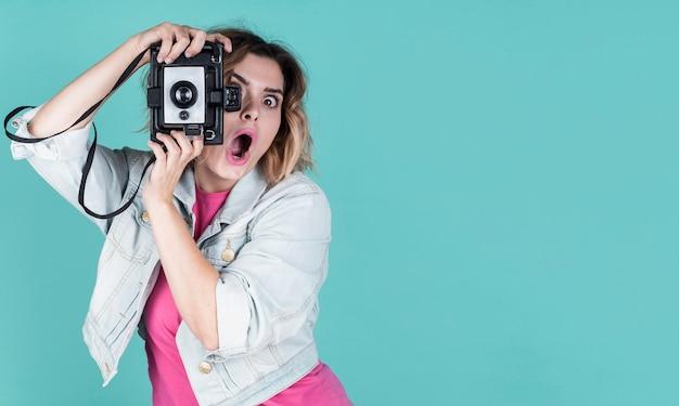Mujer sorprendida tomando una foto Foto gratis