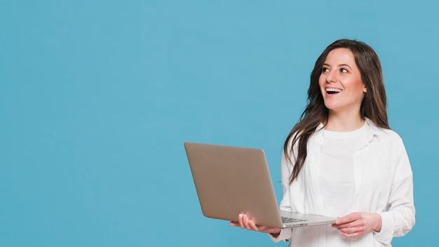 Mujer sosteniendo un espacio de copia portátil Foto Premium