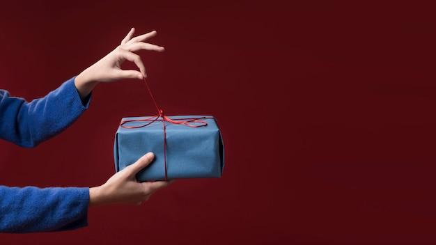 Mujer sosteniendo un pequeño regalo Foto gratis