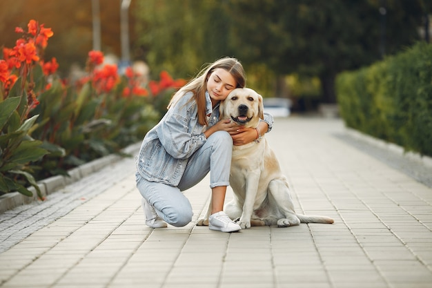 Mujer con su lindo perro en la calle Foto gratis