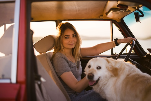 Mujer con su perro en coche Foto gratis
