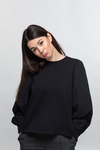 Pirata hogar Sarabo árabe  Mujer en suéter negro muestra tristeza | Foto Gratis