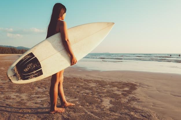 fbd6b945066d Mujer surfista en bikini ir a surfear. hermosa mujer sexy con tabla ...