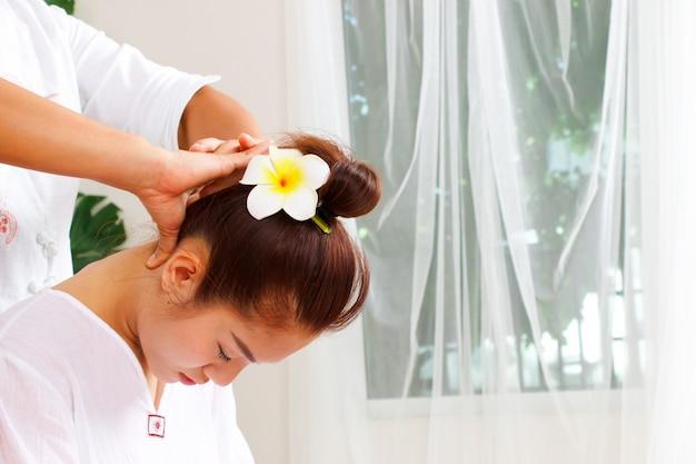 Mujer está teniendo masaje de cuello en estilo tailandés Foto Premium