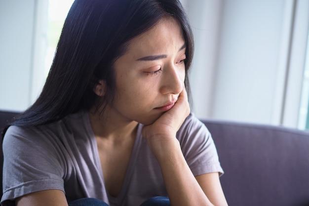 La mujer tiene síntomas de depresión. Foto Premium