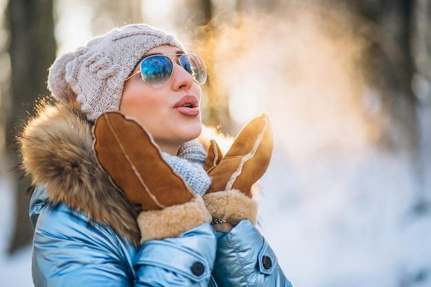 Mujer tirando nieve Foto gratis