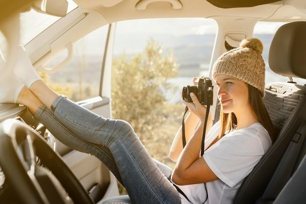 Mujer de tiro completo tomando fotos Foto gratis