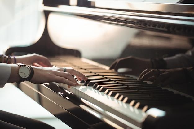 Mujer, tocar un piano Foto gratis