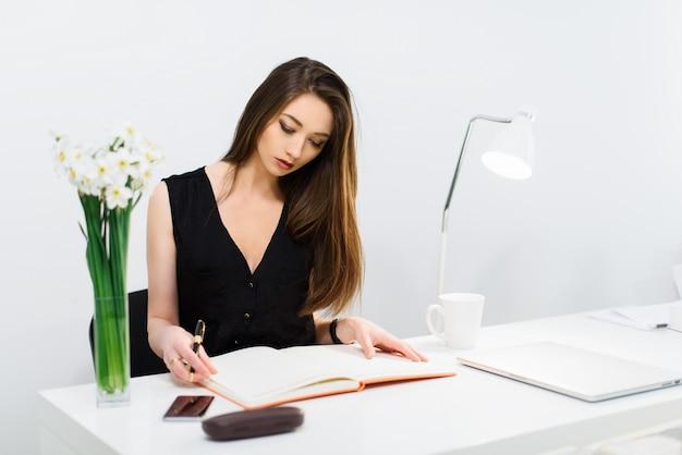 The Gallery For --> Mujer Trabajando En Oficina