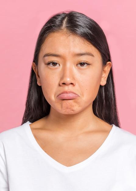 Mujer triste y mirando a cámara Foto gratis