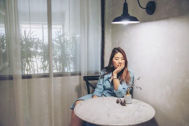 Mujer triste sentada en casa Foto gratis