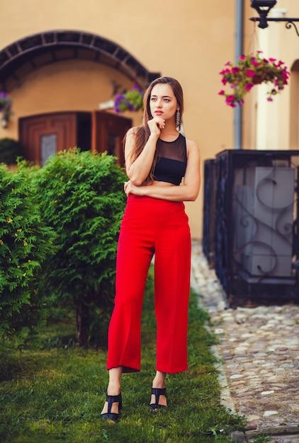 Mujer Urbana En Pantalones Rojos Foto Premium
