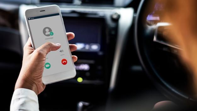 Mujer usando el móvil mientras está en el coche. Foto gratis