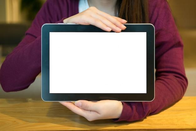 Mujer, uso, tableta, café, tienda Foto gratis