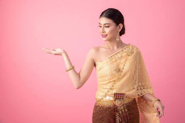 Una mujer vestida con un antiguo vestido tailandés. Foto gratis