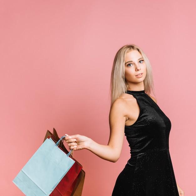 Mujer vestida con bolsas de compras   Foto Gratis